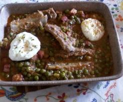 Entrecosto com bacon, ervilhas e ovos escalfados